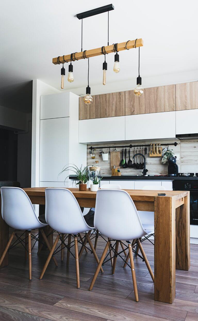 Une cuisine aménagée blanche et bois