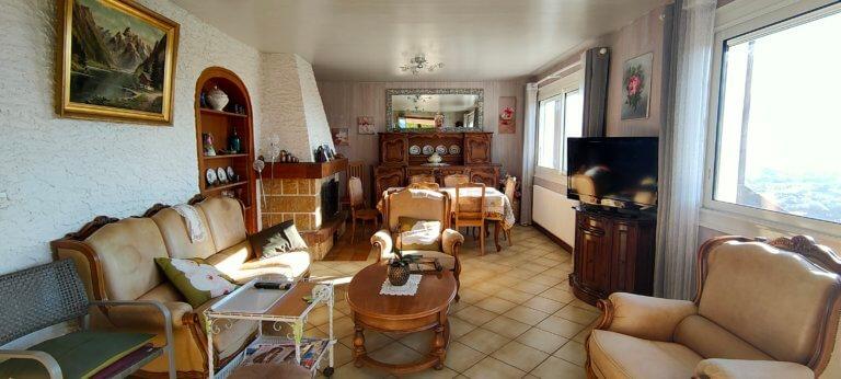 Un salon de style très rustique avant rénovation
