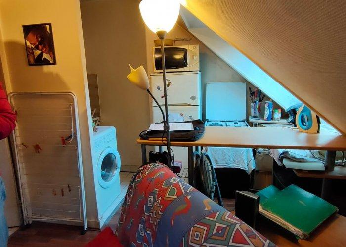 Un appartement sous les combles avec salon et coin cuisine avant home staging